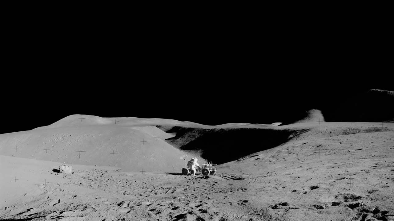 Fotografía de la superficie lunar tomadas por el Apolo 15. En la imagen, el astronauta David R. Scott, comandante de la misión, realizando una tarea en el Vehículo Lunar Roving estacionado en el borde de Hadley Rille