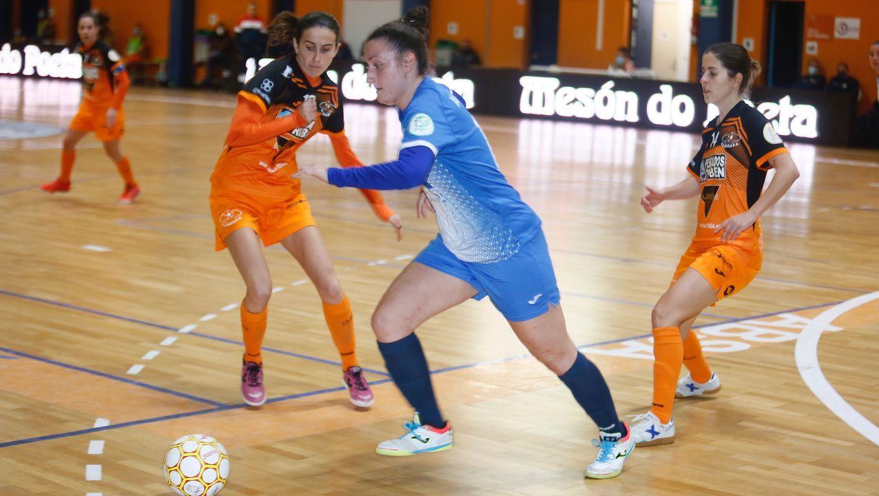 Una jugadora del Alacant seguida de cerca por dos del Pescados Rubén, en el partido de este sábado