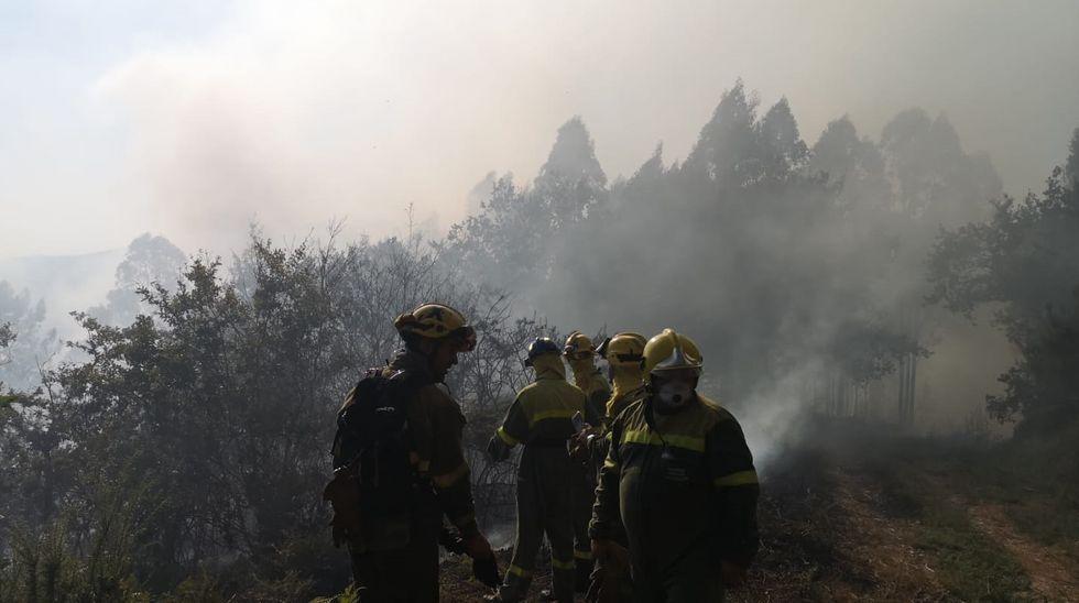 Unidades de los Bombeiros de A Coruña y de la Xunta intervienen en un incendio próximo a O Portiño.Personal técnico de incendios forestales se concentran ante el edificio de la Xunta en Lugo