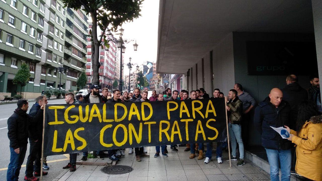 Concentración de los trabajadores de las subcontratas ante las oficinas de Hunosa