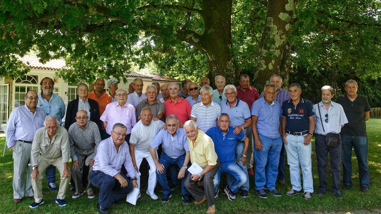 Manuel Grande y sus compañeros, en la finca de Cambre en la que se reúnen.