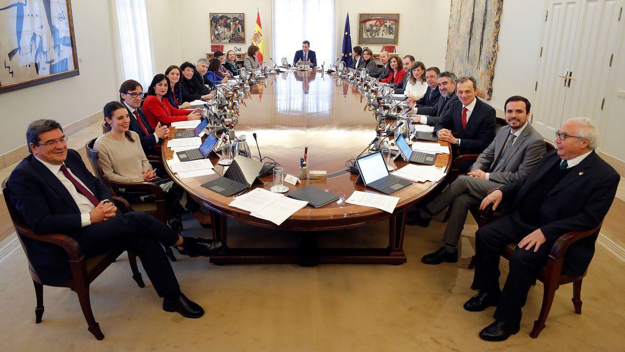 Pablo Iglesias, junto a su jefe de Gabinete, el exJemad Julio Rodríguez, saluda a algunos encargados de la seguridad del ministerio..Sofía Castañón