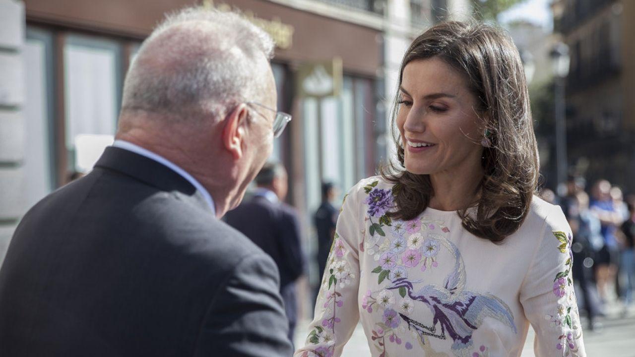 La reina Doña Letizia saluda al presidente de la Confederación Salud Mental España, Nel González Zapico