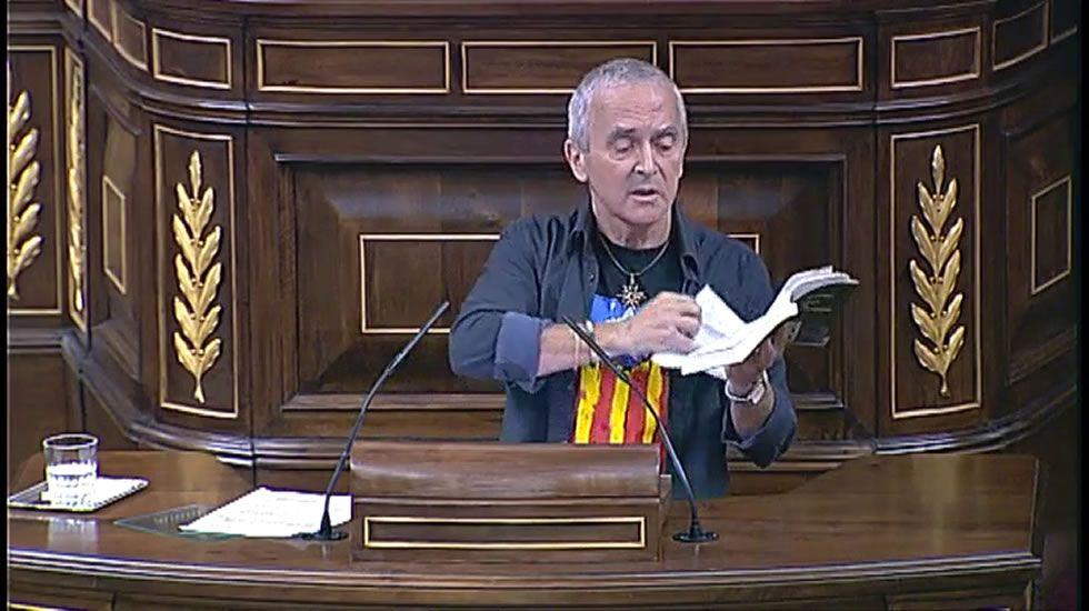 Un diputado de Amaiur rompe unas páginas de la Constitución en el Congreso.Pancarta de la Assemblea Nacional Catalana en Sant Vicenç.