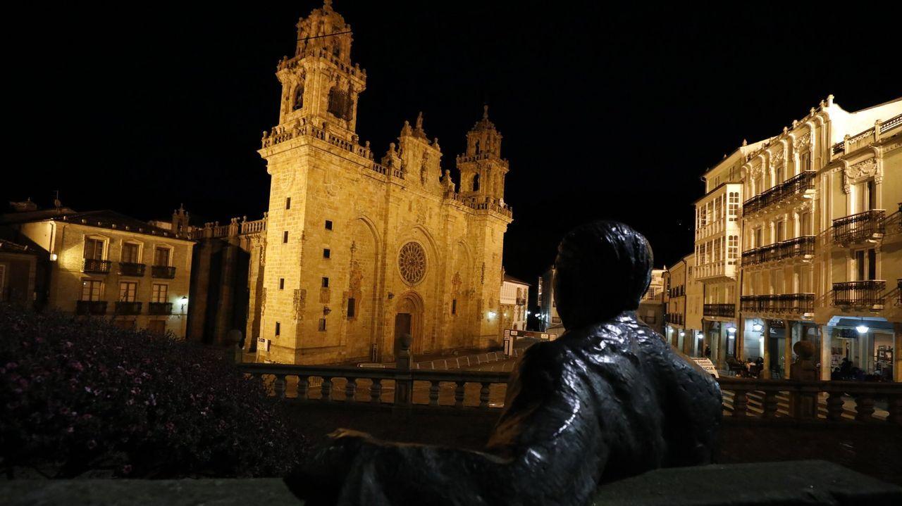 Vista nocturna de la catedral de Mondoñedo con la estatua de Cunqueiro en primer plano.