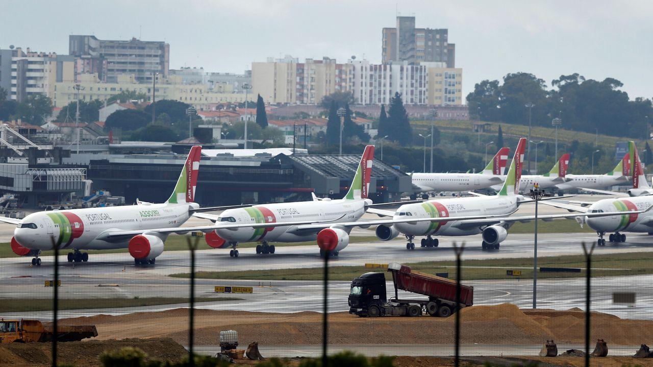 Numerosos aviones estacionados ayer en el aeropuerto de Lisboa, que permanece cerrado parcialmente.