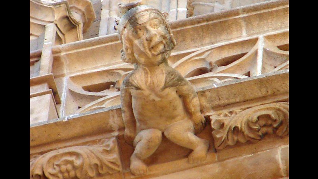 Un personaje humano como gárgola en la Catedral de Oviedo. La expresión de angustia o sufrimiento podría representar el castigo a los pecadores, soportando eternamente el peso de la cornisa