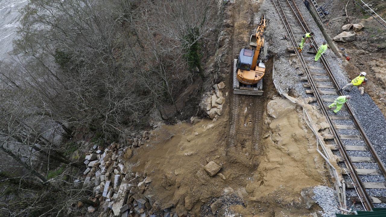 Imagen de los trabajos para restablecer la circulación en Frieira (Crecente)