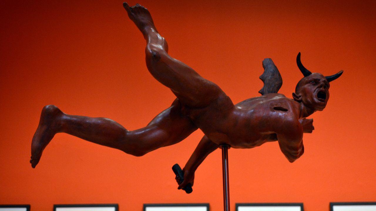 Una de las esculturas que componen la muestra «El diablo, tal vez» sobre el mundo de Brueghel, en el museo de Bellas Artes de Asturias de Oviedo.