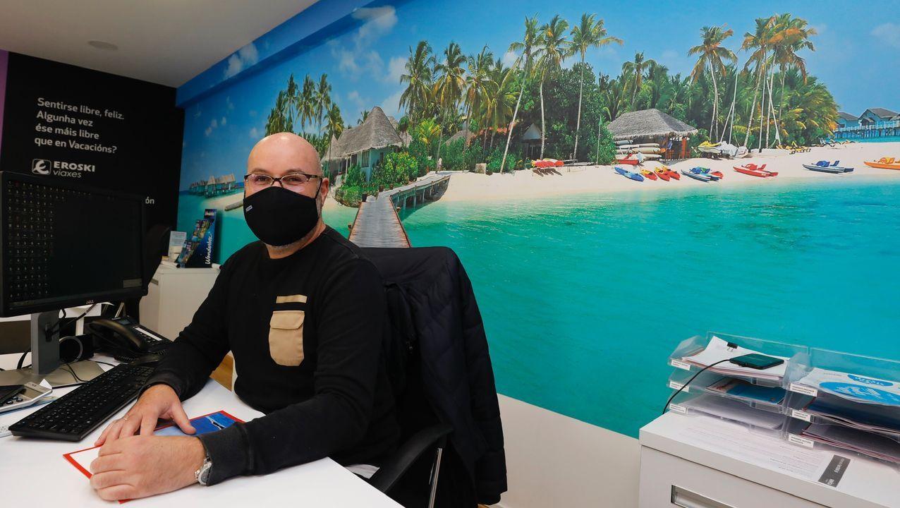 Marco Uría, de Eroski Viaxes Viveiro, mantiene sus horarios de apertura para atender a los clientes