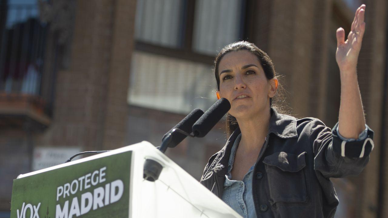 El candidato de Unidas Podemos a la Presidencia de la Comunidad de Madrid, Pablo Iglesias, junto a las miembros de su lista Isa Serra y Alejandra Jacinto, durante una visita a Lavapiés