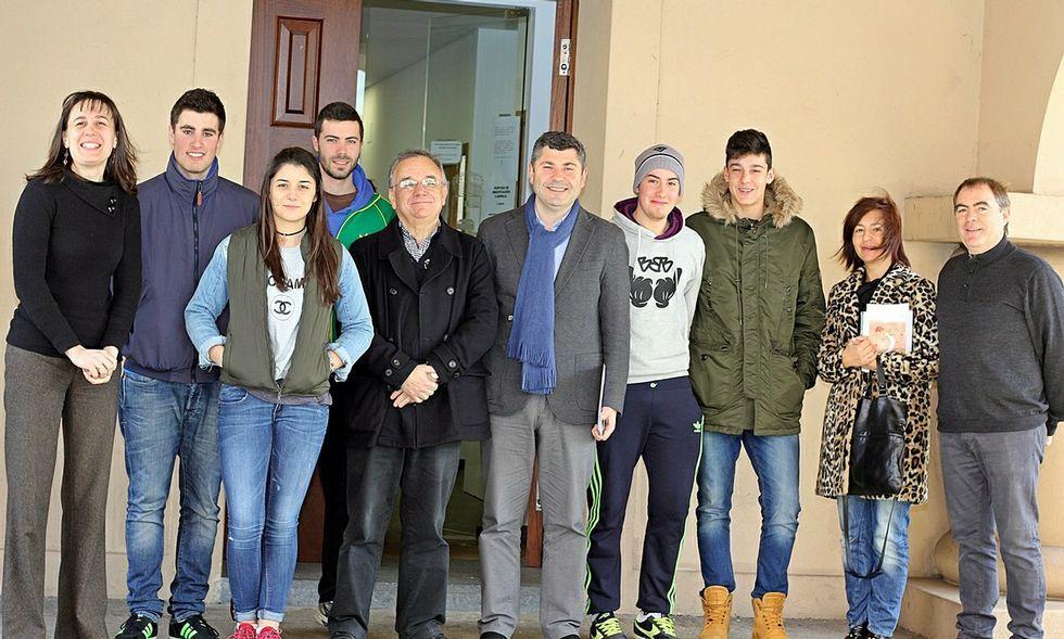 Rodeiro, en el centro con el alcalde, entregó los certificados a varios jóvenes voluntarios de Val do Dubra.