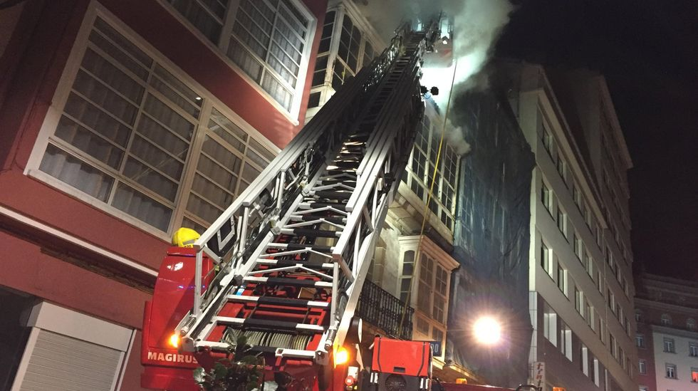 El vehículo escalera de los bomberos durante la extinción de un incendio en la calle María en el 2018