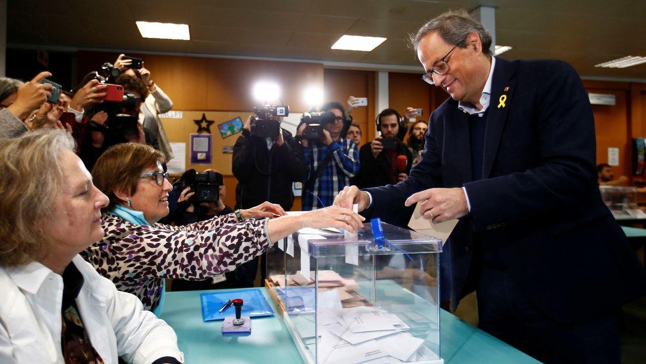 El president de la Generalitat, Quim Torra, en el momento de depositar su voto en un colegio de Barcelona
