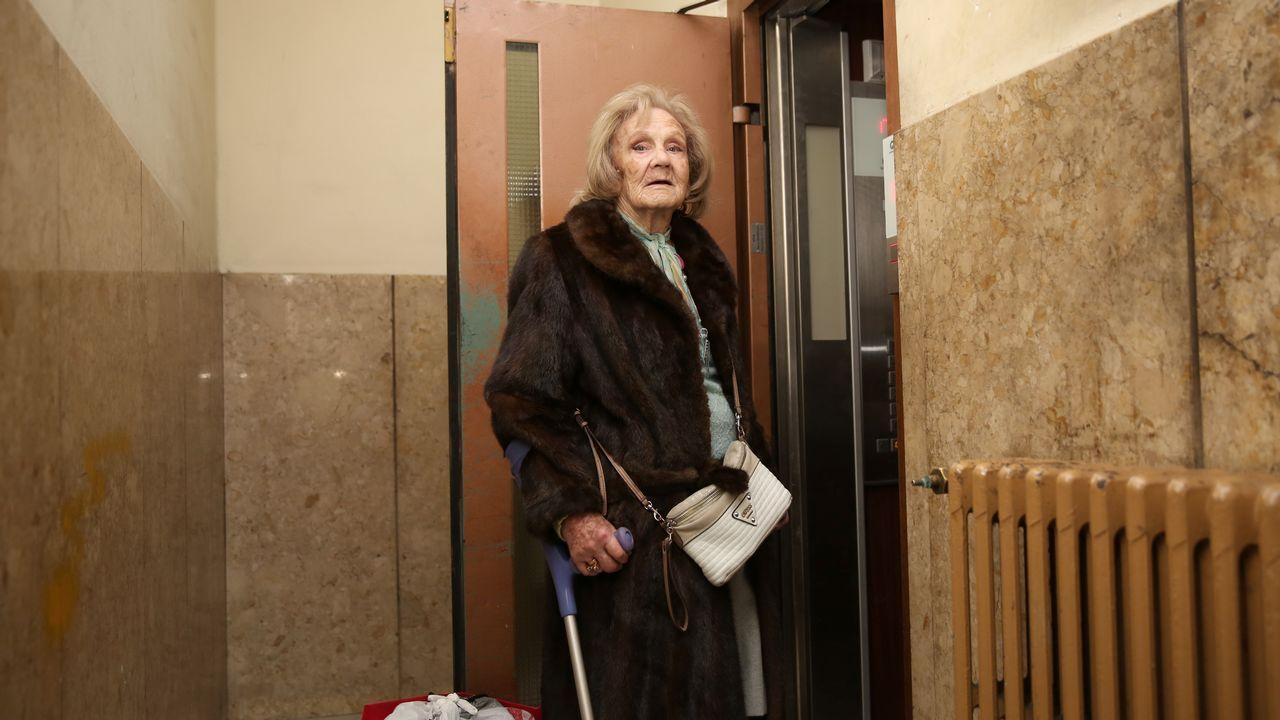 Lucila Vázquez, ayer, entrando en el ascensor de la que es su casa desde 1963