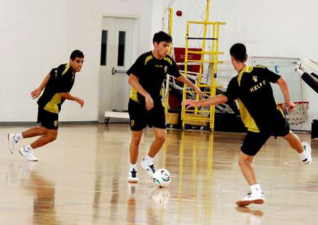 El Santiago Futsal entrenando en Kuwait para debutar mañana.