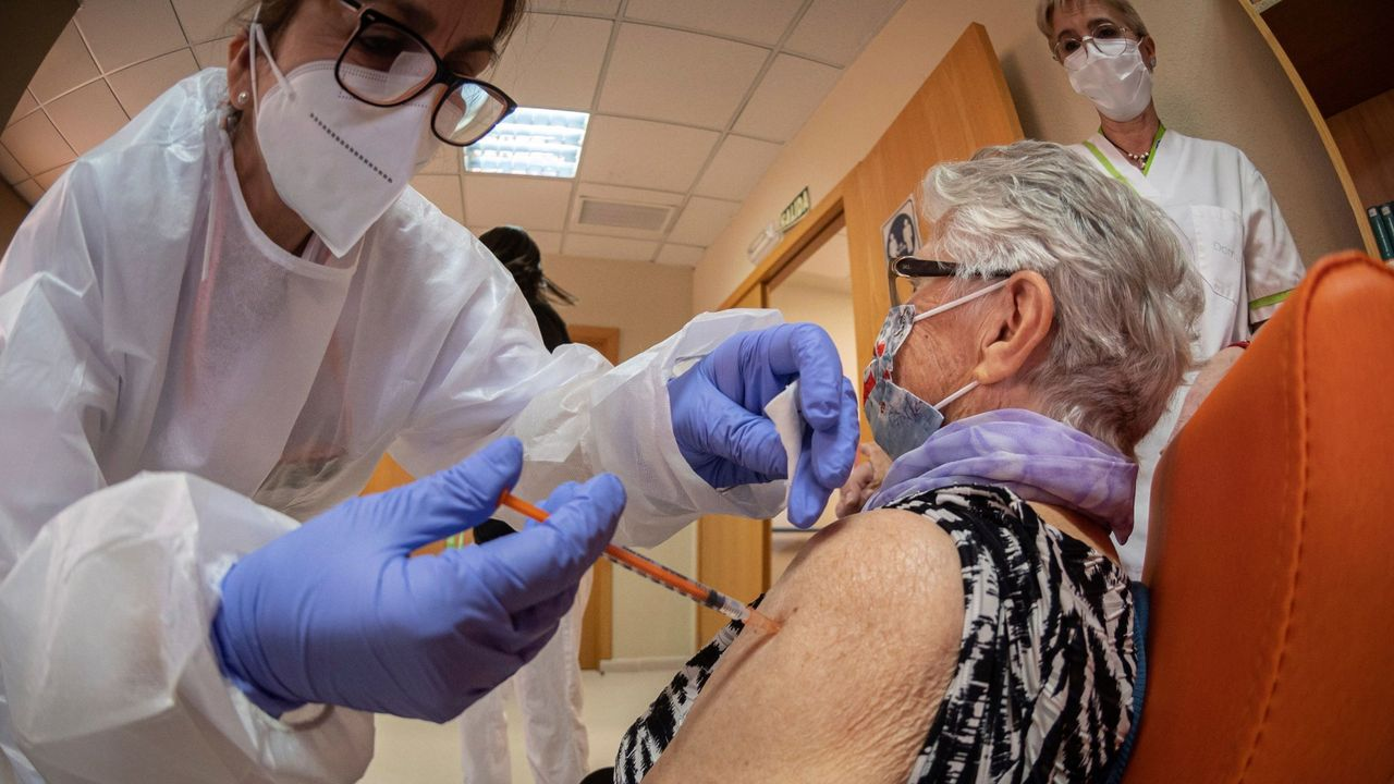 Vacunación contra el covid en una residencia de Alcalá de Henares