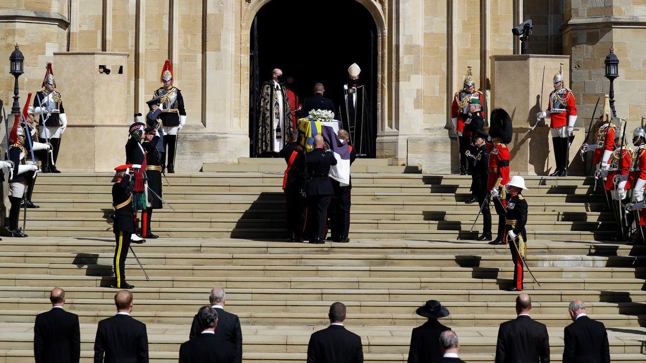 El féretro está siendo transportado al interior de la capilla de San Jorge