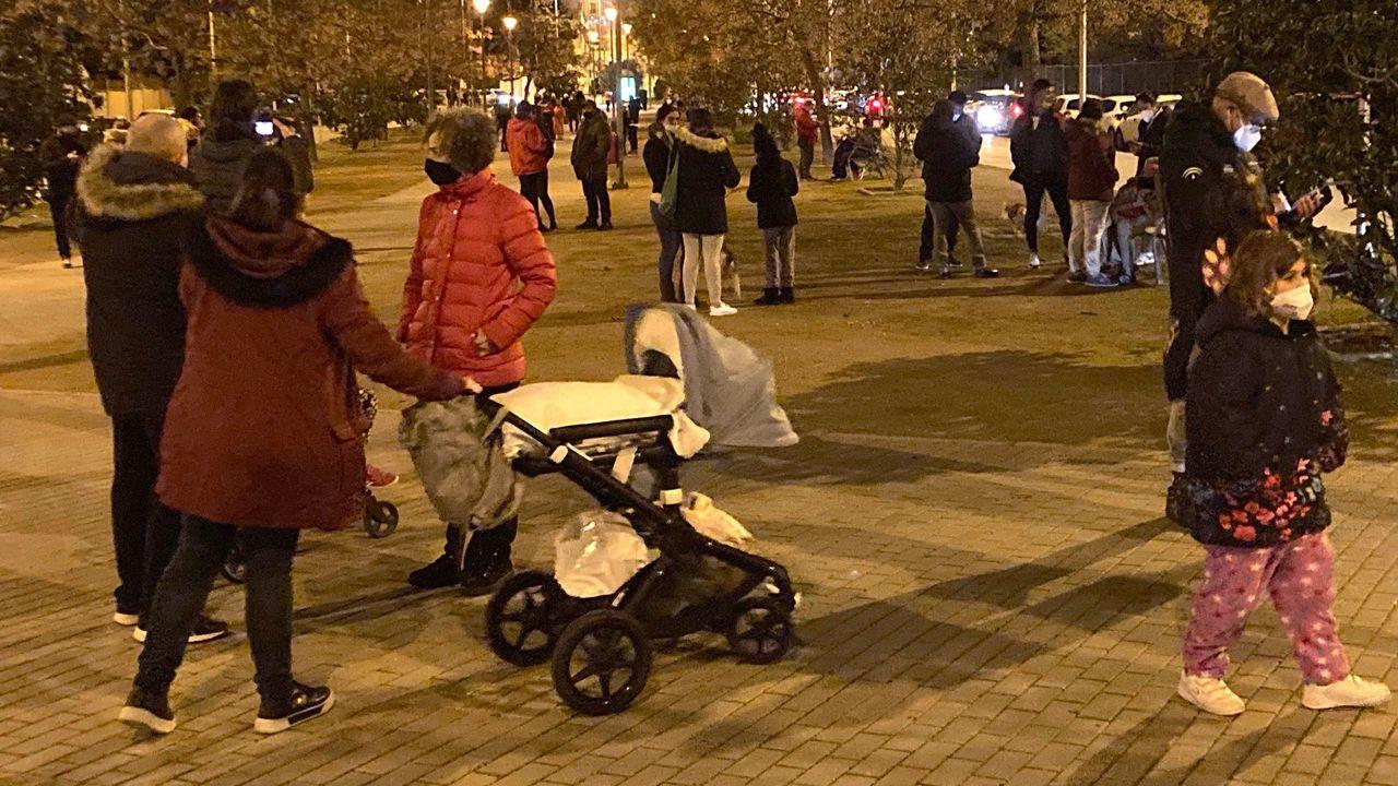 Cientos de personas pasan la noche al raso tras nuevos terremotos en Granada.Cascotes caídos de los edificios en la localidad granadina de Santa Fe