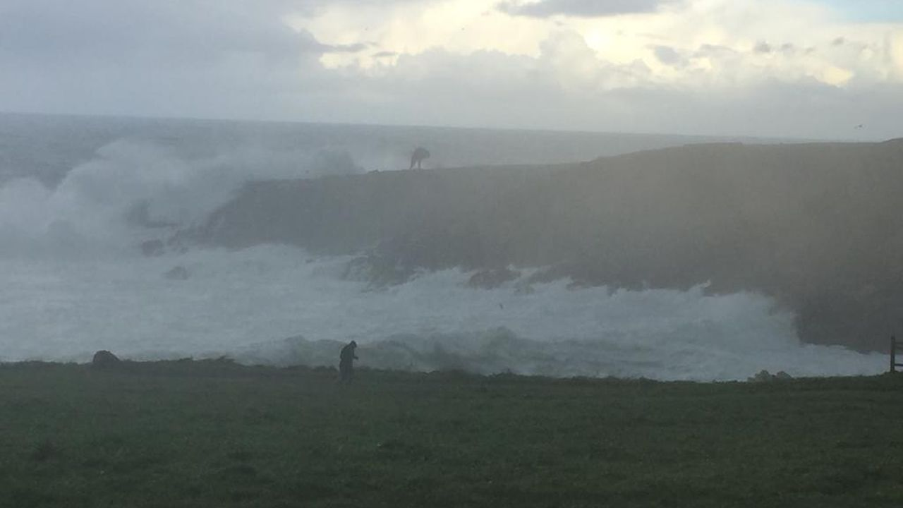 El temporal no arruga a los surfistas en Santa Cristina