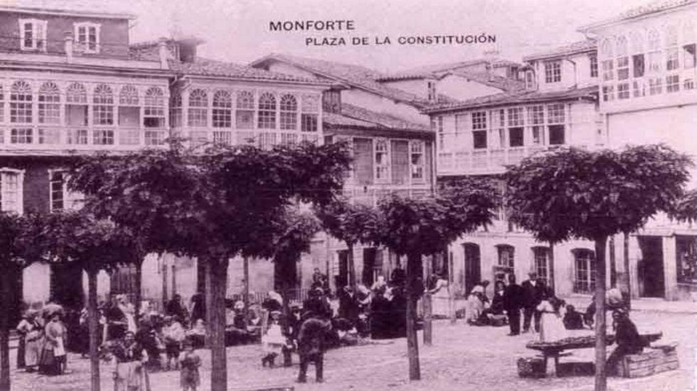 Foto antigua de la plaza de España, donde fue descubierta la estatua del abad yacente