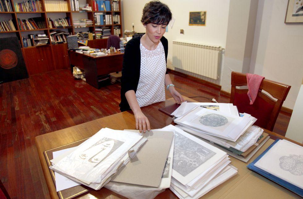 Los fondos artísticos del Torrente Ballester de Ferrol.Laura García dedica estos días a abrir y clasificar las estampas que llegan a la sala de Artes.