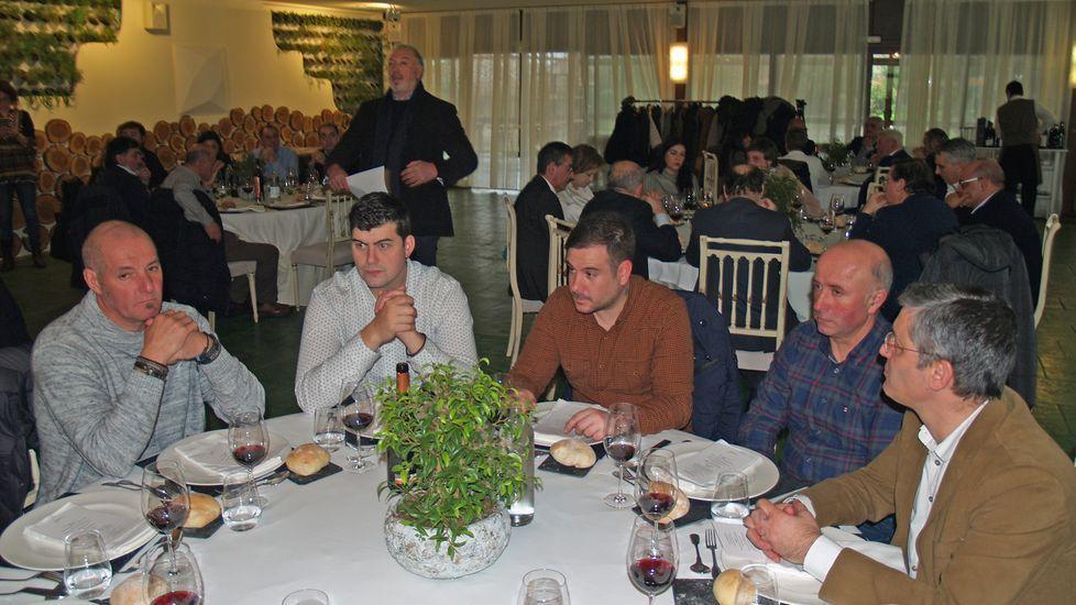 El enólogo Julio Ponce (derecha) en una mesa en la que estaba el hijo de César Enríquez, de Adega Cachín (segundo por la izquierda)