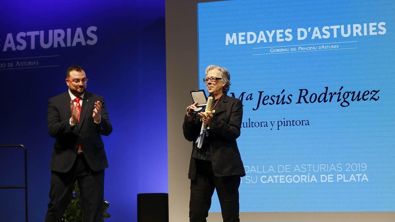 El presidente del Principado de Asturias, Adrián Barbón, junto a la escultora María Jesús Rodríguez López,