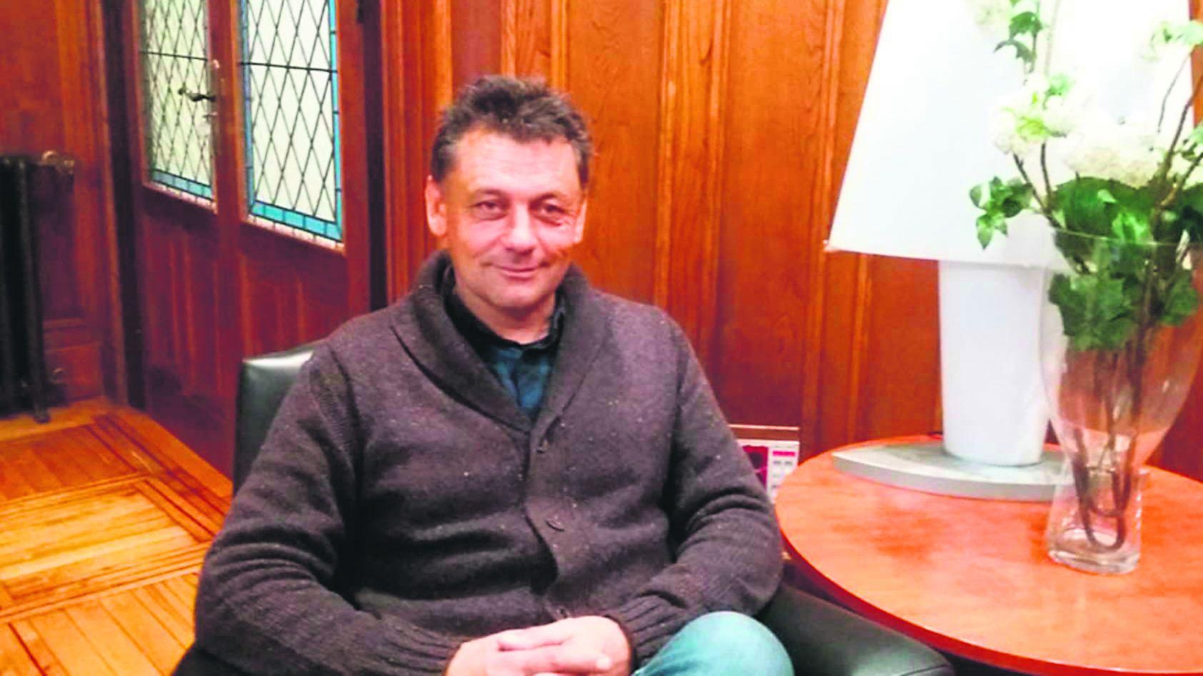Javier Ardines, en su despacho, en la foto de la página web del Ayuntamiento de Llanes, que aún conserva su texto de presentación en primera persona