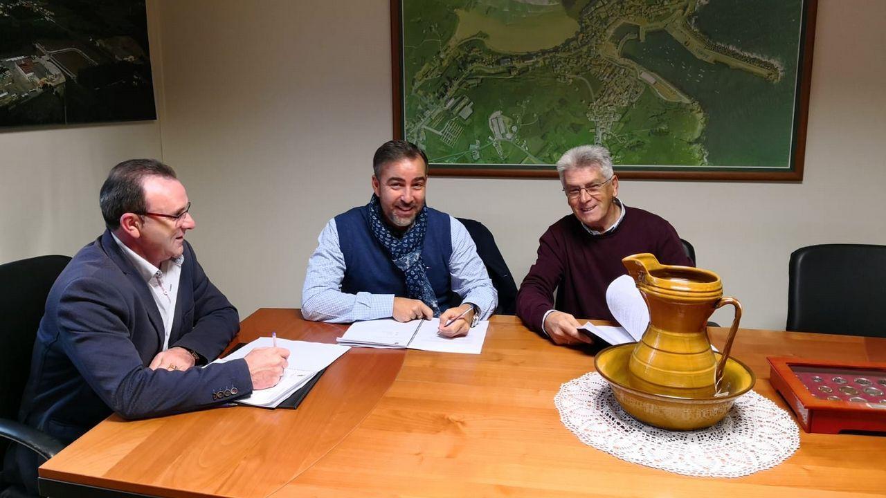 Firma del contrato con la empresa Construcciones Vázquez y Reino