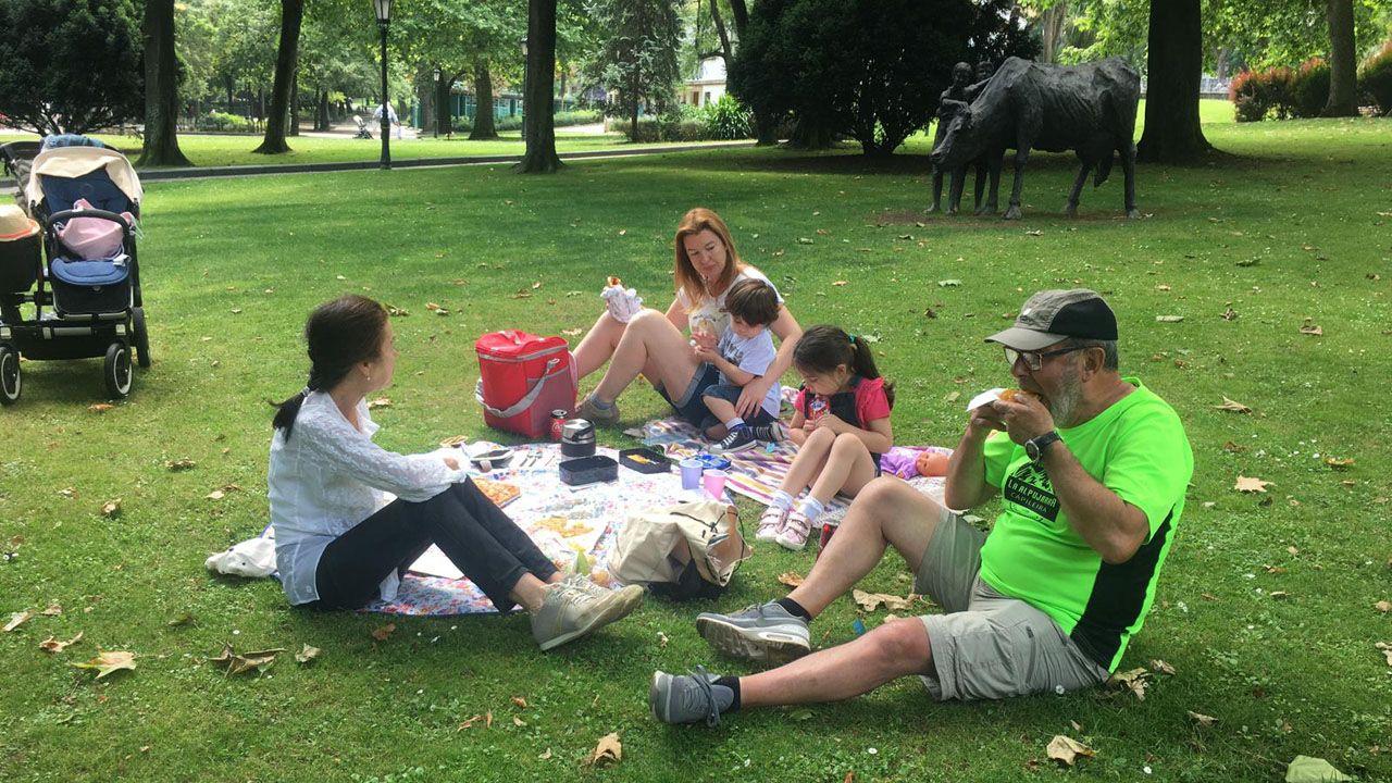 Eloy Alonso y su familia disfrutan del Martes de Campo en el parque de San Francisco