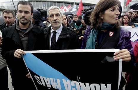 Llamazares se hizo la foto con la pancarta de Nunca Máis entre Yolanda Díaz y Alberto Garzón.