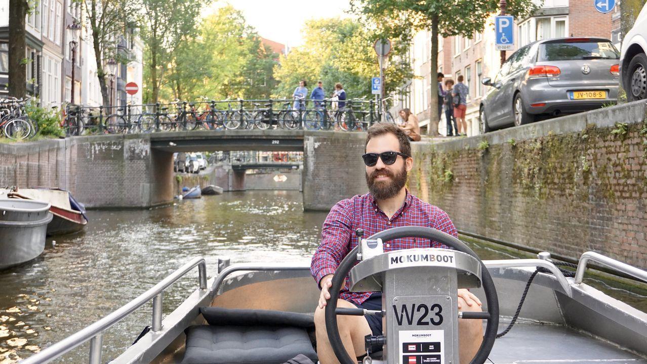 Adrián, disfrutando de los canales en Ámsterdam