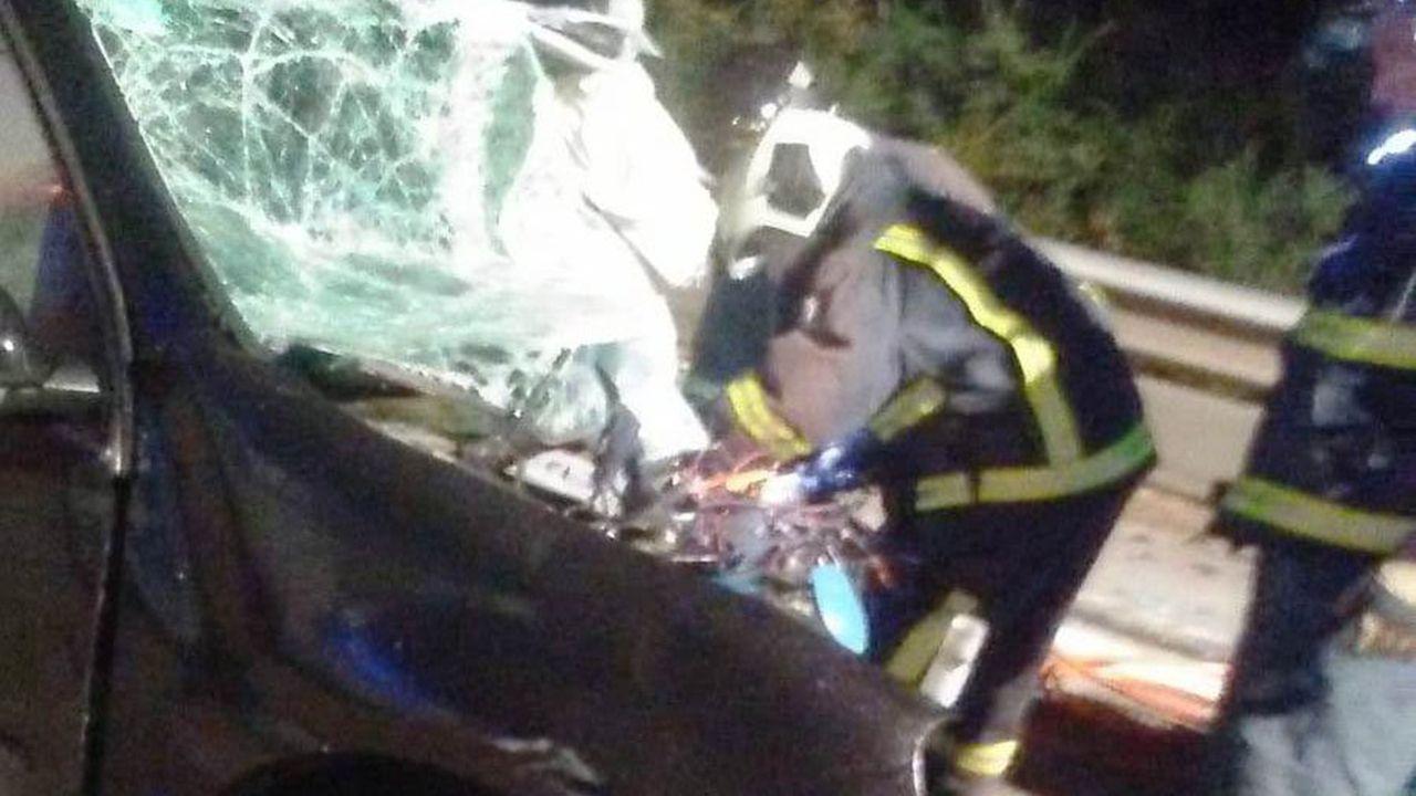 Gijón, desde el aire.Estado en el que quedó uno de los vehículos siniestrados en el accidente provocado por un kamikaze en la Y