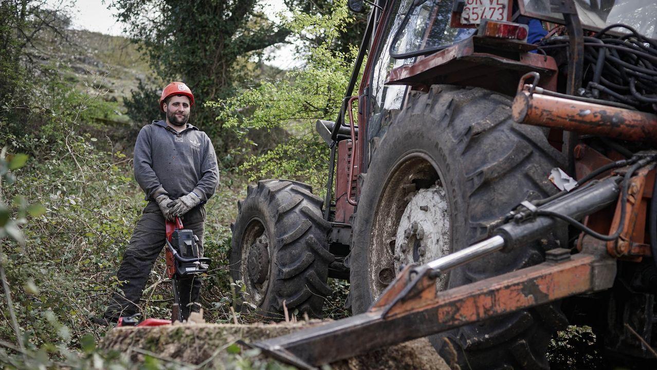 Un trabajdor en  la aldea de Ludeiros, en la Serra do Xurés y cerca de la frontera portuguesa