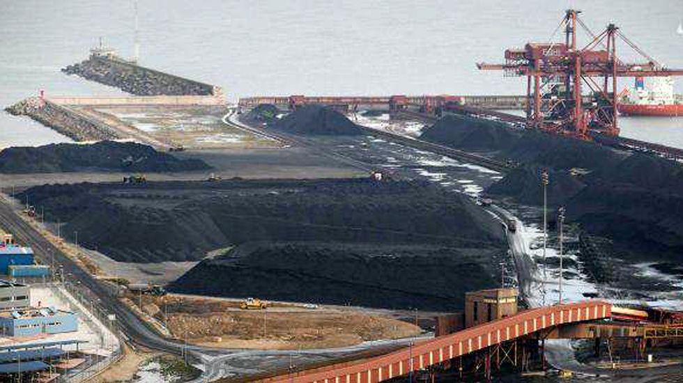 El talento de Ángela Salvadores.Carbón almacenado en el puerto de El Musel