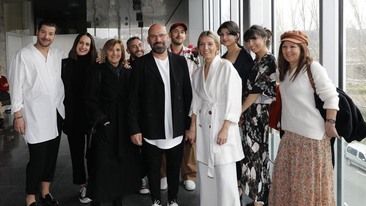 La pareja, en el centro, junto a sus invitados