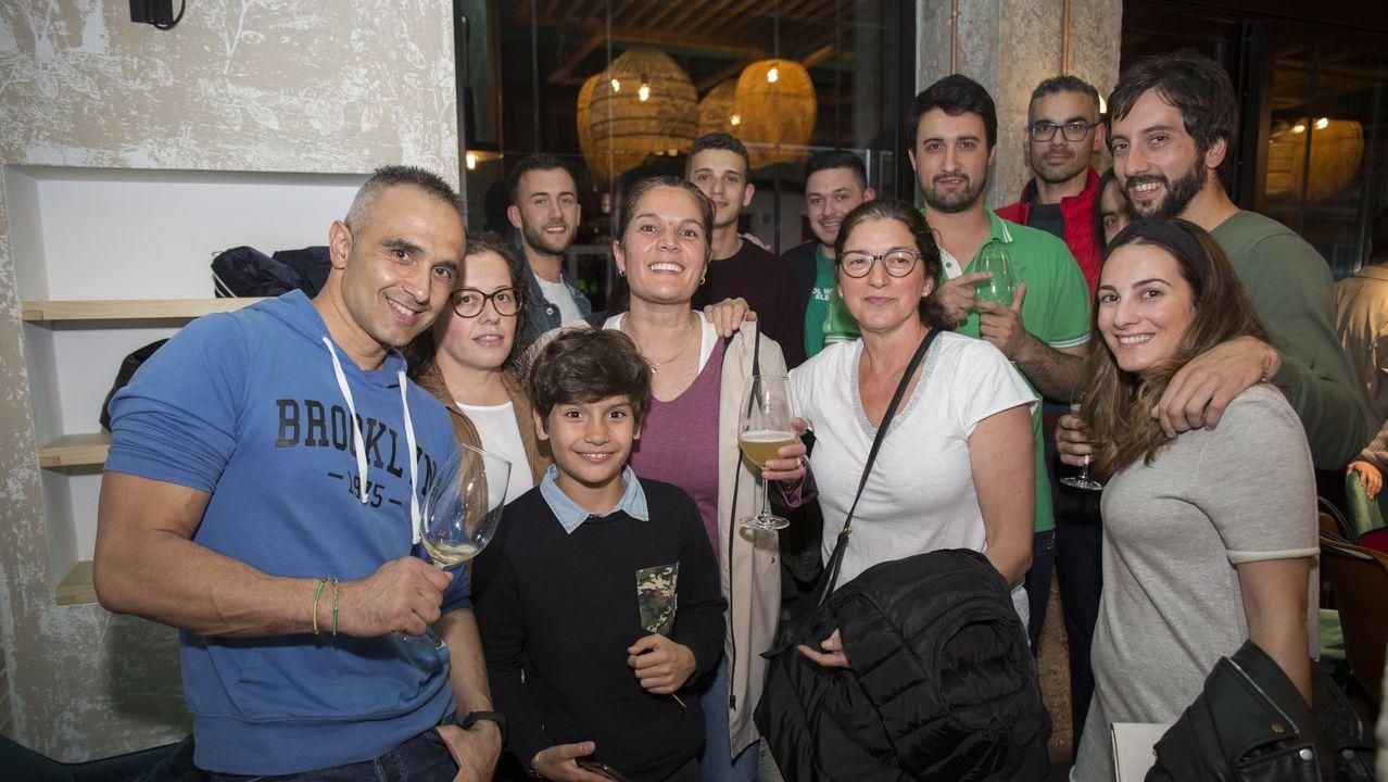 Sociedad y empresa | Inauguración del Oito Bar, en la calle Coruña de Carballo