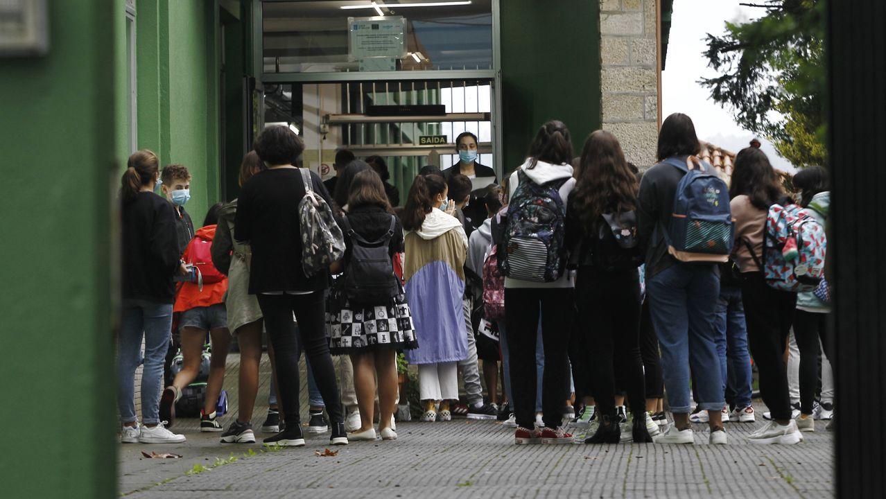 Primer día de clase en los institutos de la comarca de Ferrol.Pablo Casado (derecha) presentó las enmiendas del PP a la Lomloe