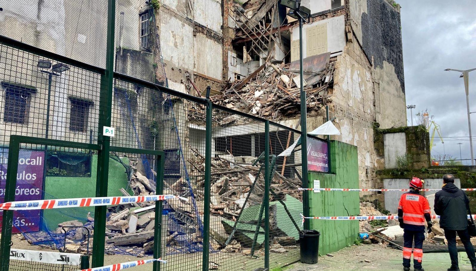Cae la fachada trasera de un edificio sobre el patio del Coliseum