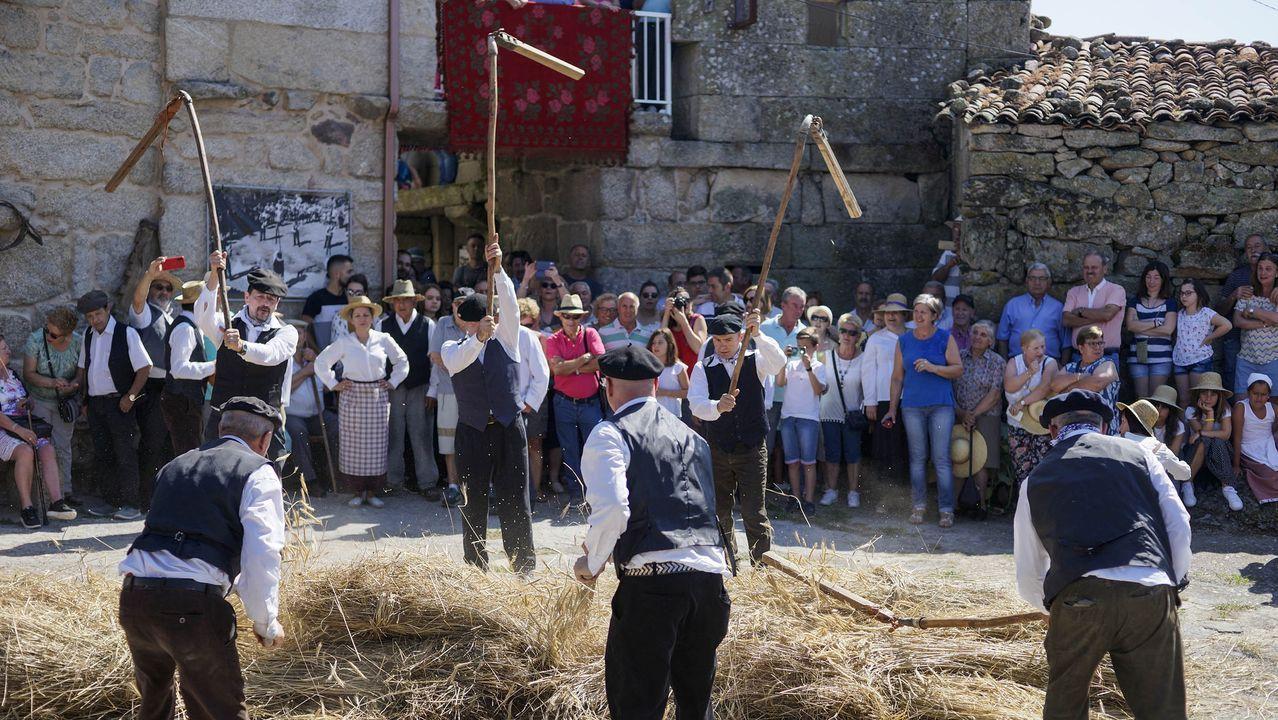 RUTA MONASTERIOS Y CASTILLOS DE AUTOMÓVILES CLÁSICOS.Procesión de Santa María de Arcos y puja para meter a la virgen en La iglesia.