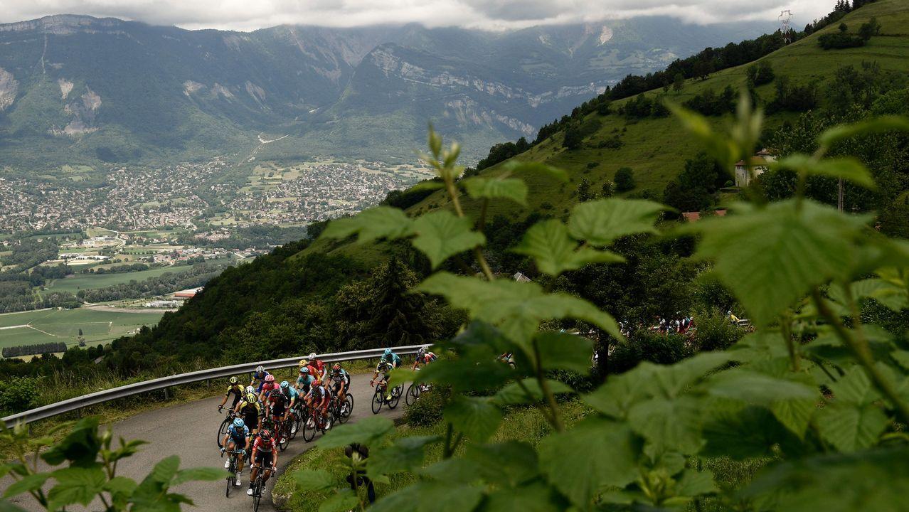 Un grupo de ciclistas ascienden un puerto cerebral entre Genoble y Valmorel, en Francia