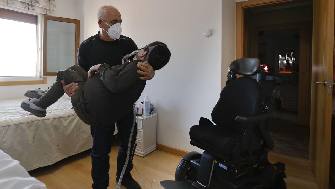 Antonio Morán con su hijo Lucas ,que padece miopatía.A exposición estará aberta no Vello Cárcere ata abril