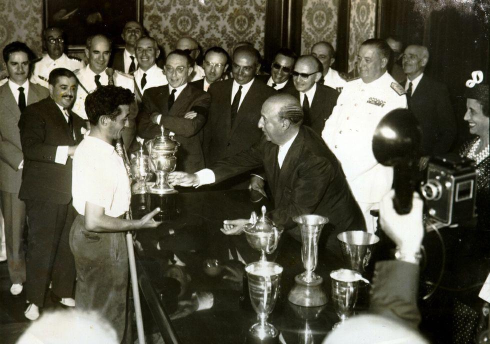 <span lang= es-es >El acto, en el NO-DO</span>. El archivo del NO-DO recoge la visita que Franco cursó a la provincia en 1944 y alude a la imposición de la Medalla de Oro de Pontevedra, momento que se recoge en la imagen superior. El encargado de imponer la medalla fue el alcalde, Luis Ponce de León y Cabello.