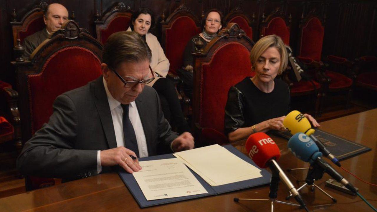 Alfredo Canteli y Rosina López-Alonso firman el acuerdo de colaboración entre el Ayuntamiento de Oviedo y el CSIC