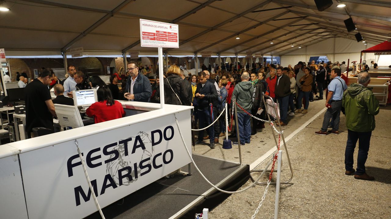 Miles de visitantes ávidos de marisco..Eva María, la asturiana que participa en la iniciativa «Héroes del día a día»