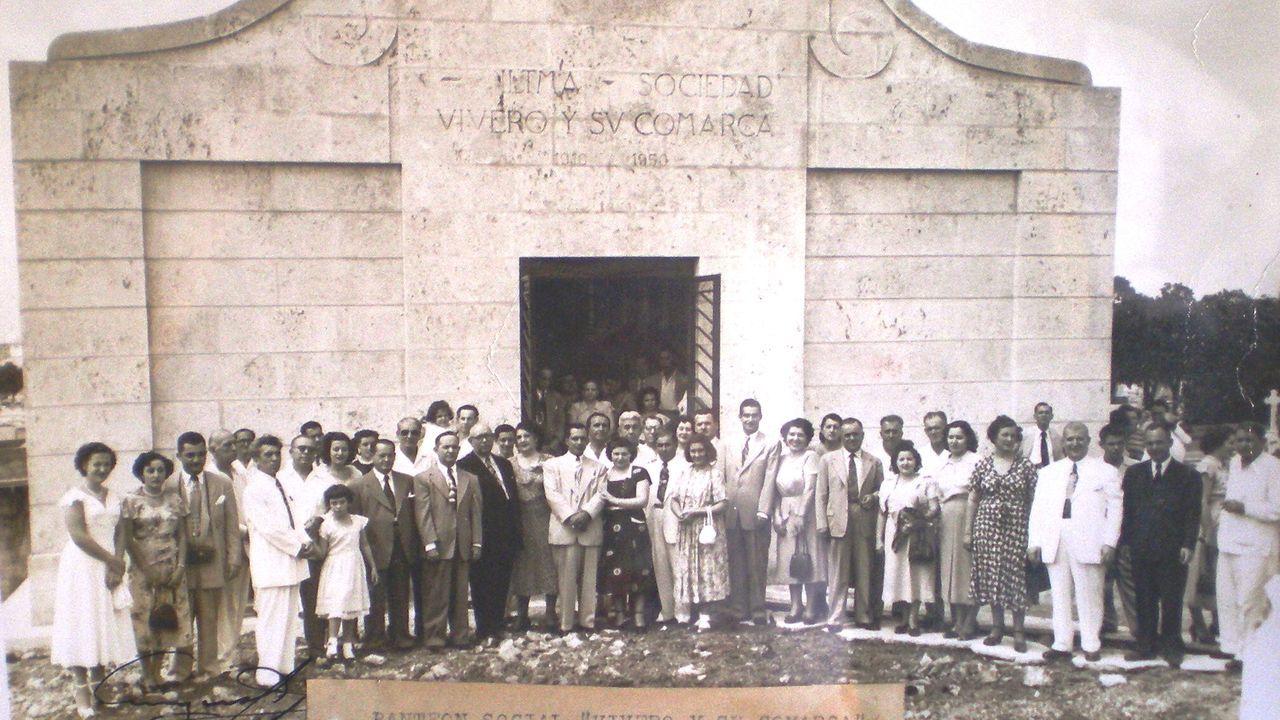 Eva González enseña su belén en Vilanova dos Infantes. Fotografías de manifestaciones sobre la represión cubana desplegadas sobre una mesa durante una conferencia de prensa del exilio cubano, en Miami