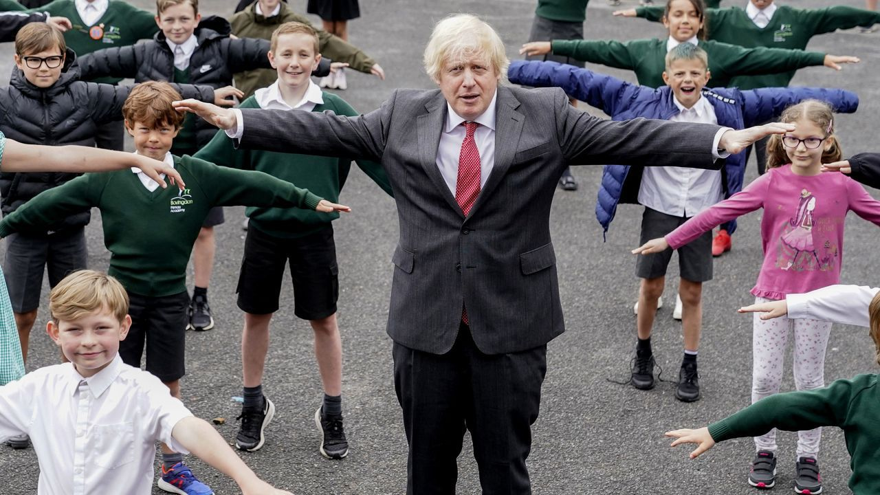 El primer ministro británico, Boris Johnson, este viernes, en una escuela de Bovingdon (Hertfordshire)