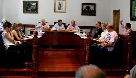 El socialista Jesús Salgado (primero por la derecha) se quedó solo en la votación del referendo.