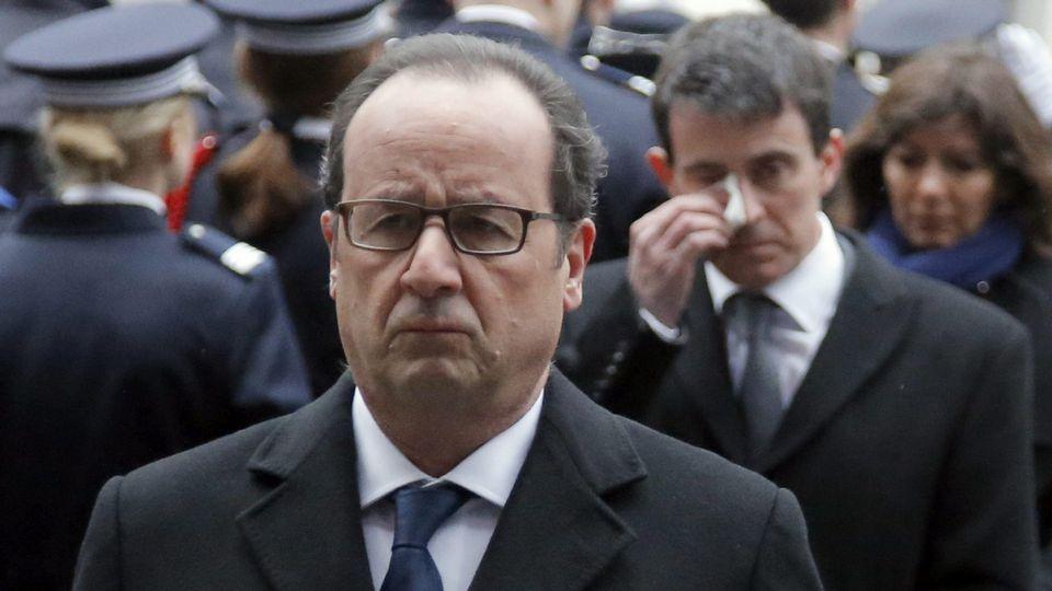 Valls se seca las lágrimas tras el emotivo homenaje a los tres policías asesinados.